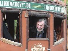 Jako na Divokém západě si mohli připadat Brňané, kteří v sobotu v podvečer v centru města potkali dostavník tažený koňmi. Takto stylově totiž přijížděli na večerní premiéru muzikálu Limonádový Joe herci Městského divadla Brno.