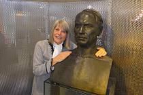 Gerlind Weber s bustou svého dědečka Viktora Kaplana v Technickém muzeu Brno.