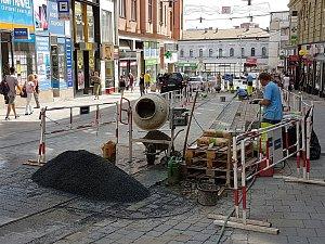 Opravy kolejí ve spodní části ulice Masarykova.