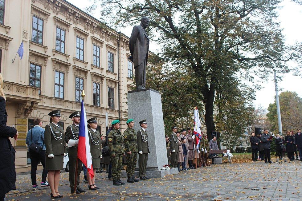 Položením věnců k soše prezidenta Masaryka si lidé v Brně připomněli vznik Československa.