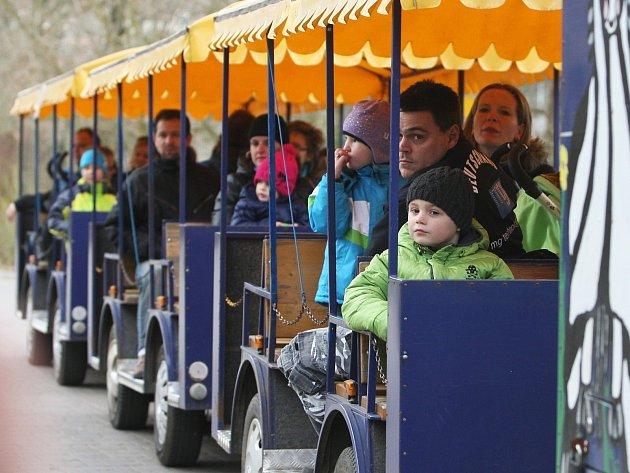 Po Brněnské zoo zatím návštěvníky vozí vláček.