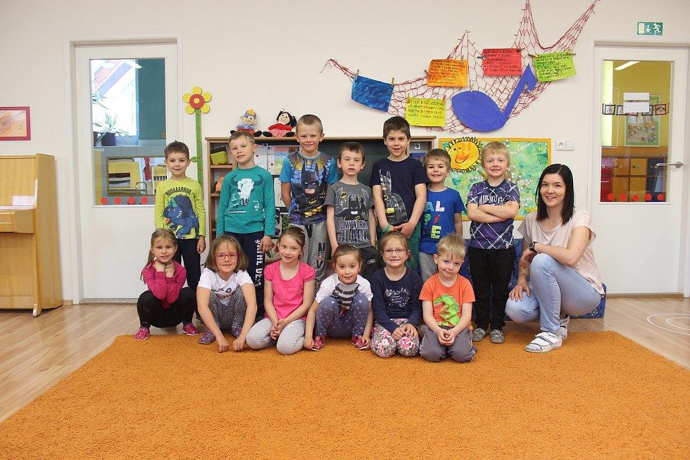 Děti ze třídy Písnička v mateřské škole Zámecká v Rosicích