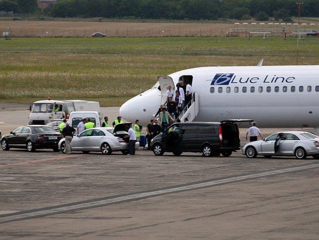 Legendární Rolling Stones přistáli po čtvrté hodině na brněnském letišti.