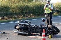 Nehoda dvou motocyklů v sobotu po čtvrté odpoledne zcela uzavřela čtyřproudovou silnici R52 u Hrušovan na Brněnsku. Motorkáři, kteří jeli od Brna na Pohořelice, se střetli v místě, kde je doprava kvůli opravám svedena do jednoho pásu. Oba jsou zranění.