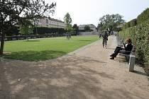 Park na Slovanském náměstí se stal hlavně místem studentů. V blízkosti je základní i střední škola.