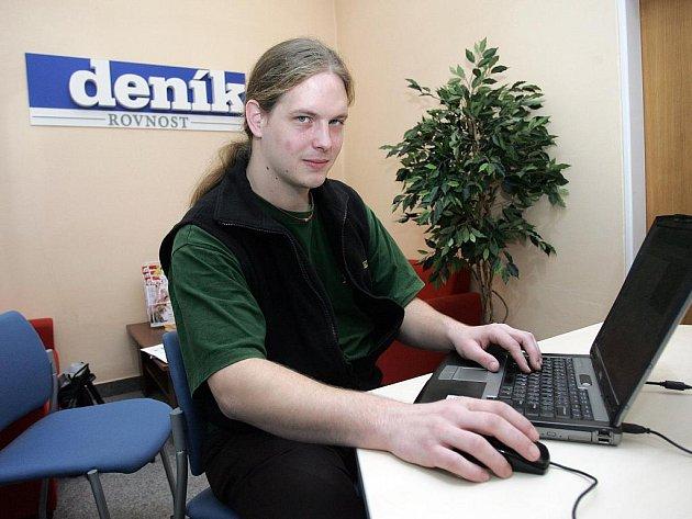 Organizátor šifrovací hry Tmou Šimon Řeřucha při online rozhovoru.