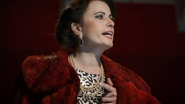 Opera Powder Her Face se inspirovala životem Margaret Campbellové, vévodkyně z Argyllu. Na snímku herečka Hana Škarková.
