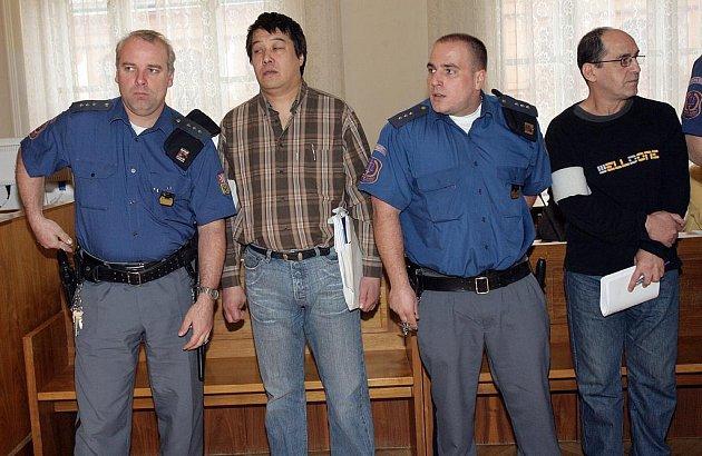 Pětice obžalovaných z pašování heroinu u brněnského soudu.
