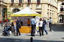 Předvolební stánek lidovců na Šilingrově náměstí.