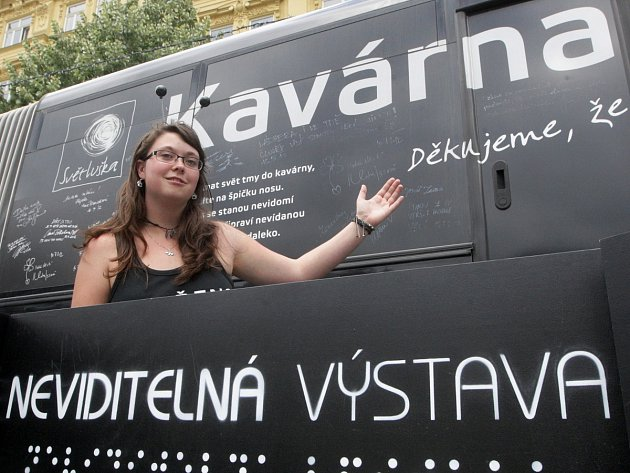 Zrakově postižení lidé obsluhují hosty v netradiční Kavárně Potmě. Autobus zaparkoval na brněnském náměstí Svobody.