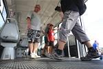 Plastové cedule na tramvajích brněnské hromadné dopravy od úterý uvidí lidé jen při historických projížďkách. S poslední cedulovou tramvají číslo 1126 se v pondělí odpoledne rozloučilo několik desítek fanoušků na zastávce Výstaviště – hlavní vstup.