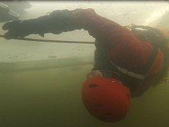 Záchrana tonoucího pod ledem. Ilustrační foto.