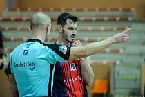 Brněnský basketbalista Viktor Půlpán (v červeno-modrém) se stal nejvytíženějším hráčem svého týmu.