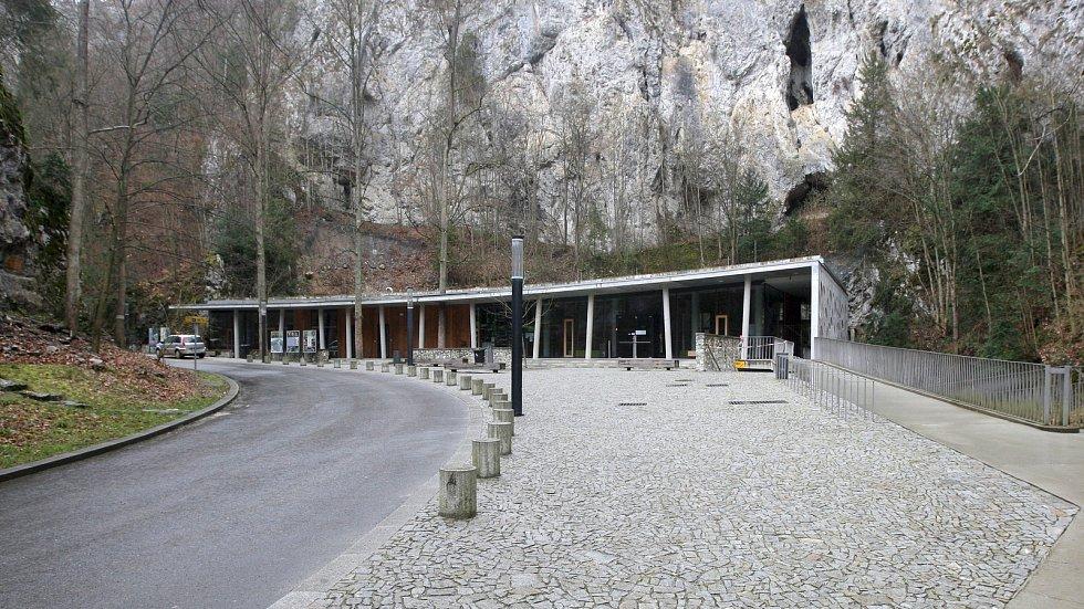 21.3.2020 - srovnání místa před a po zákazu pohybu bez zakrytých úst a nosu - Punkevní jeskyně