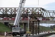 Silnici I/52 a přilehlou železnici na okraji Brna překlenou nové mosty, ilustrační foto.