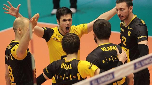 Brněnští volejbalisté (v tmavém) ve čtvrtém čtvrtfinále porazili Karlovarsko 3:1 na sety a v sérii hrané na tři vítězná utkání srovnali na 2:2.