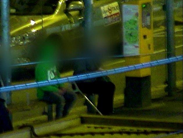 Krádež na brněnském hlavním nádraží zachycená kamerou. Mladíci sebrali podnapilému starému muži peníze.