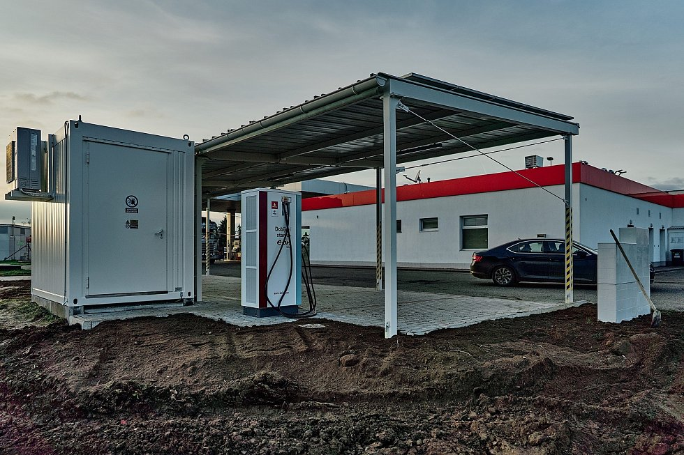 Dobíječka u čerpací stanice nedaleko Břeclavi, která čerpá energii ze solárních panelů.