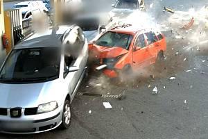 Policie zveřejnila video ze sobotní večerní nehody na benzince u Popovic u Brna. Záběry vypadají děsivě.