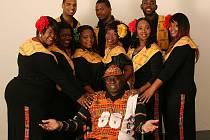 Harlem Gospel Choir - Allen Bailey je na snímku uprostřed, s kšiltovkou.