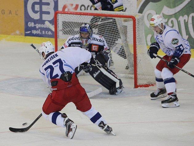 Hokejisté brněnské Komety (v bílém) v přípravě remizovali s Vítkovicemi 2:2. A uspěli v nájezdech.