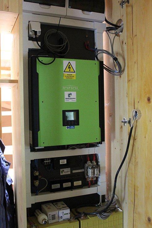 Dům je energeticky soběstačný. Elektřinu dodávají sluneční panely na střeše. Přebytky jsou uchovávány v bateriích a pokud jsou ty plné, napájí dům hlavní budovu Kaprálova mlýna.