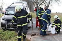Hromadná nehoda tří osobních aut zablokovala v neděli dopravu v obci Ořechov na Brněnsku.