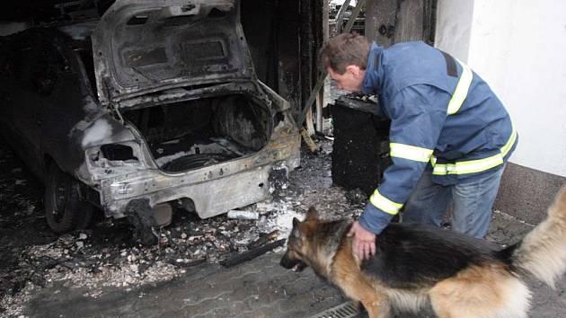Požár v brněnském Ořešíně zničil dvě limuzíny.