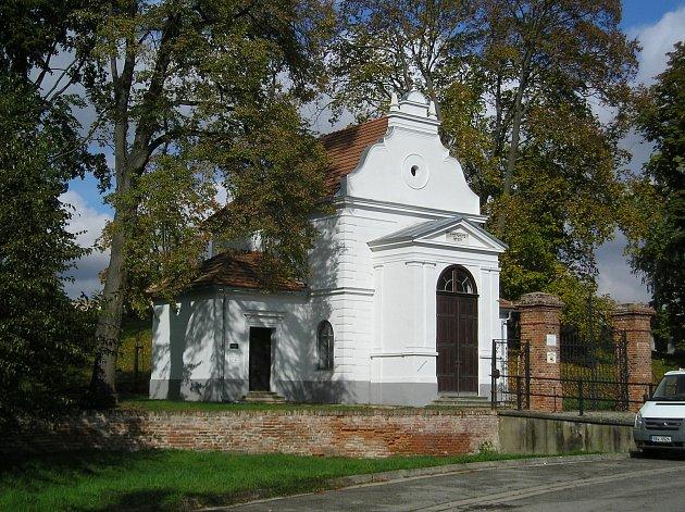 Knihovnice Věra Jelínková působí ijako správkyně ivančického židovského hřbitova (na snímku).