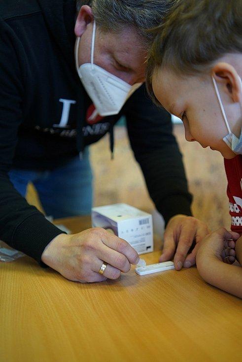 Návrat nejmladších školáků do lavic. V Dolních Věstonicích na Břeclavsku je testovali antigenními testy ze slin, které zakoupila obec. Bylo u toho veselo. 12.dubna 2021