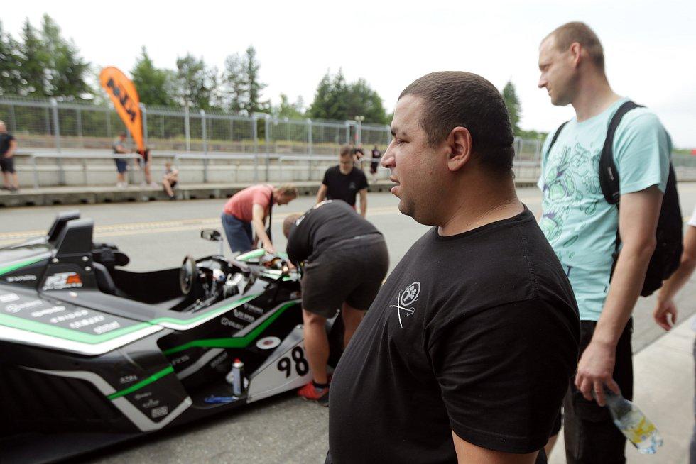Zrakově postižený pilot Petr Haluška zajel s navigátorem vedle sebe traťový rekord na Masarykově okruhu v Brně.