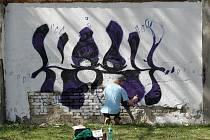 Podívat se, jak se kreslí na zeď, mohli lidé, kteří procházeli Mendlovým náměstím v Brně. Studenti Fakulty výtvarných umění Vysokého učení technického tam totiž předváděli, jak vypadá street art a grafitti.
