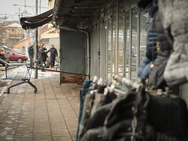 Ještě minulý týden zde lidé nakupovali, teď místo stánků u zdi hlavního nádraží zeje prázdný prostor. Pro laciné boty a čínské napodobeniny musí Brňané zamířit jinam.