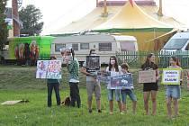 V Komárově lidé protestovali proti zvířatům v cirkusech.