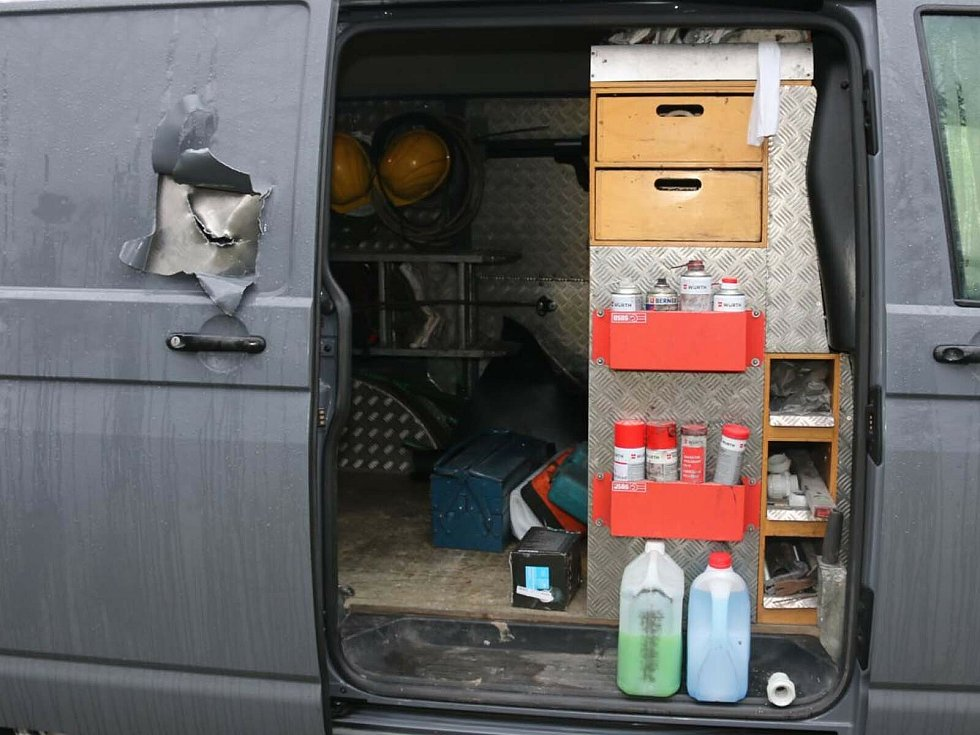 Zloděj v Želešicích udělal díru do dveří dodávky. Odnesl si věci za 350 tisíc