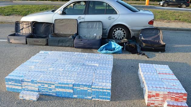 Celníci zabavili při namátkové kontrole dvou vozů na parkovišti nedaleko Pohořelic na Brněnsku, u silničního tahu Brno-Vídeň, zásilku 400 000 cigaret. Tři Poláci je převáželi do Rakouska, kde je chtěli prodat.