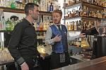 Redaktor Deníku Rovnost Jaroslav Kára (vlevo) si vyzkoušel práci barmana v brněnském Baru, který neexistuje.