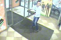 Muž si z obchodu v Brně odnesl pokladnu. Policisté prosí o pomoc při pátrání.