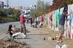 Více než osmdesát umělců se v sobotu sešlo, aby vytvořili svá díla na téměř půlkilometrové stěně v Jedovnické ulici.