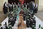 Asi dvě stě sedmdesát vzorků mladého vína posvětil v sobotu odpoledne otec Patrik Maturkanič před degustací v kulturním domě v Přísnoticích na Brněnsku.