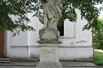 Sochy sv. Aloise z Gonzagy a sv. Josefa před kostelem sv. Josefa v Jevišovicích.