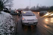 Při hromadné nehodě čtyř aut na Vídeňské ulici v Brně se zranil jeden člověk.