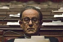 Film Božský je portrétem Giulia Andreottiho, muže, který vstoupil na politickou scénu Itálie roku 1946 a dodnes z ní neodešel.