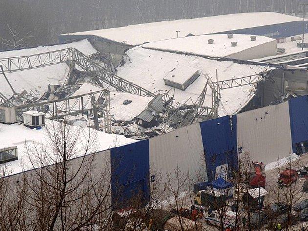 Pohled na zhroucený pavilon katovického výstaviště, jehož střecha se 28. ledna 2006 zřítila během výstavy poštovních holubů.