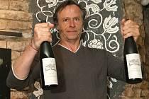 Herec Karel Roden ve Vinné galerii v Brně představil novou řadu vín, která nese jeho jméno.