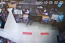 Krádež na benzinové čerpací stanici řešili v neděli policisté v Rosicích. Zloděj chtěl využít nepozornosti obsluhy a do rukávu schoval oplatek.