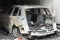 K požáru dvou aut pod zahradním přístřeškem v garáži rodinného domu vyjížděli v noci na pondělí do Kuřimi na Brněnsku dvě jednotky hasičů. Plameny zasáhly auta značky Audi a Ford.