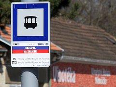 Čtvrt roku poté, co téměř padesát zastávek v Brně přešlo do režimu celý den na znamení, si stěžují zejména starší lidé. Změny se dotkly i některých tramvajových zastávek.