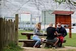 Lidé využili v sobotu odpoledne pěkného počasí k procházce kolem Brněnské přehrady nebo jízdě na kole.