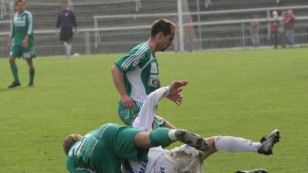 Michal Pacholík (nahoře) v zeleném dresu Bystrce.
